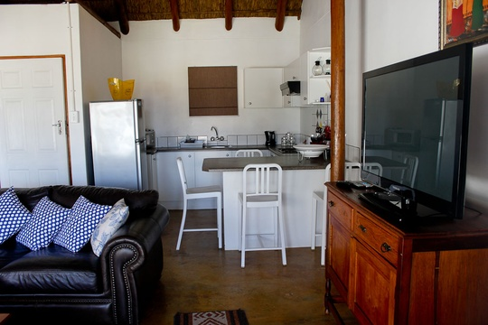 Hardetjie has a fully equipped kitchen with built in oven and hob. Nice big and comfy leather coucher in the livingroom.